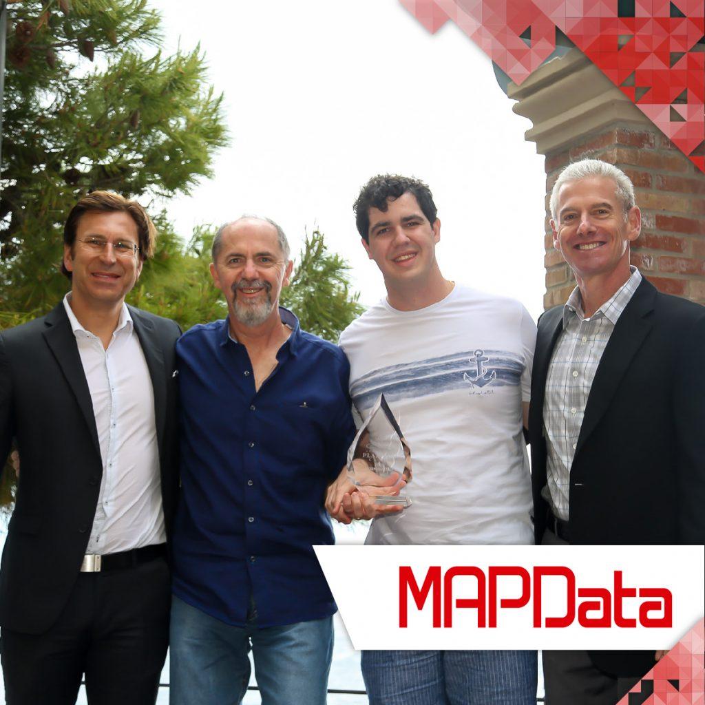 Diretor da MAPData, Paulo Onuchic recebendo o prêmio
